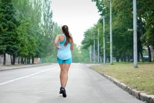 Rano młoda kobieta sportowy działa na świeżym powietrzu