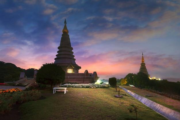 Rano na szczycie góry. dwie pagoda - chiangmai tajlandia