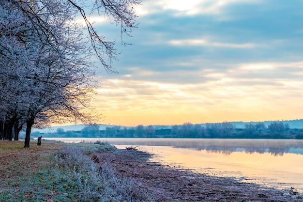 Rano nad rzeką w mroźny jesienny poranek