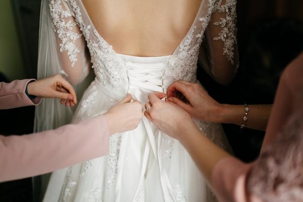 Rano panny młodej, gdy nosi piękną sukienkę