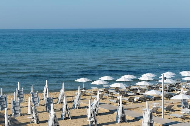 Rano parasole na plaży lido di san pietro w bevagna koło mandurii