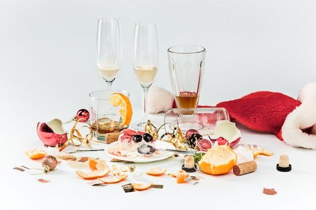 Rano po bożym narodzeniu stół z alkoholem i resztkami