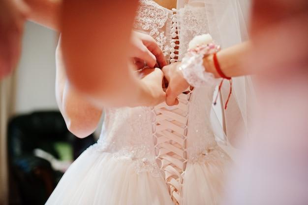 Rano przygotowania panny młodej. młoda i przystojna panna młoda w dniu ślubu.
