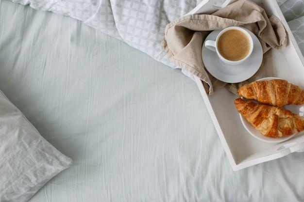Rano śniadanie w łóżku