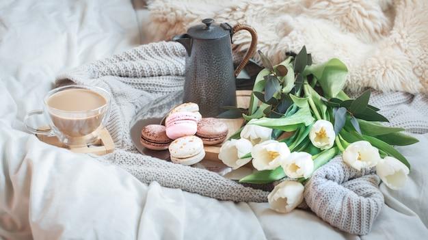 Rano śniadanie z kawą i makaronikiem