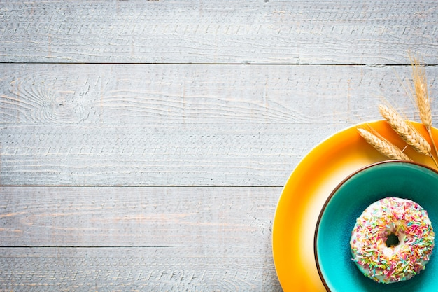 Rano śniadanie z kolorowymi pączkami