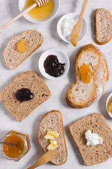 Rano śniadanie z miodem i dżemem na kromkach chleba