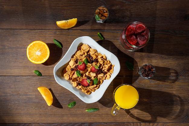 Rano śniadanie z płatków kukurydzianych i owoców