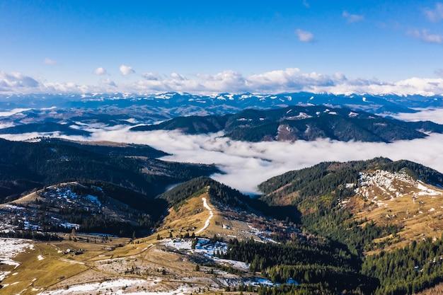 Rano w górach. karpacka ukraina, widok z lotu ptaka.