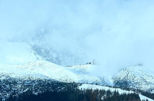Rano zimowy krajobraz górski