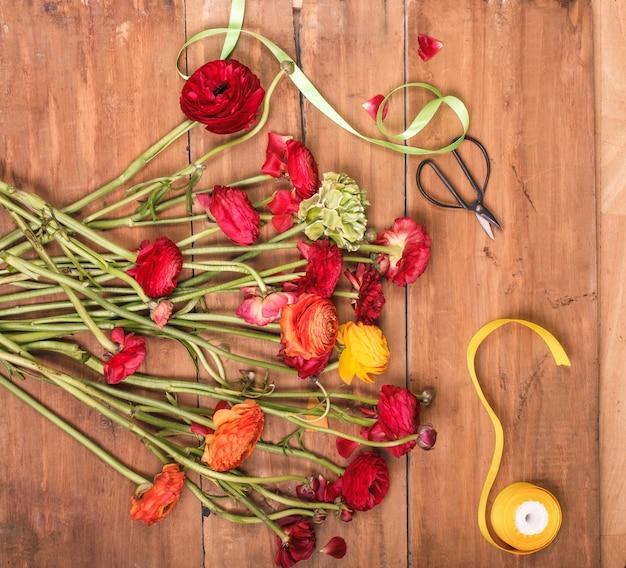 Ranunkulyus bukiet czerwonych kwiatów na białej przestrzeni. kartka z życzeniami
