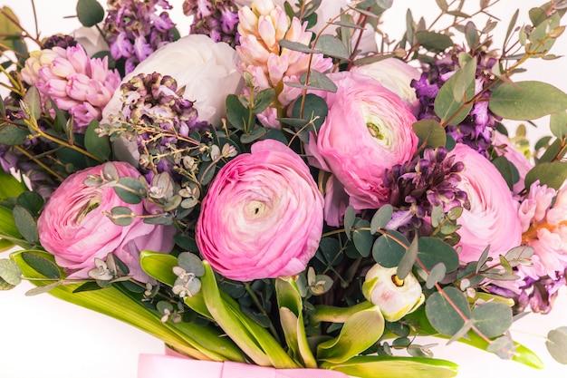Ranunkulyus bukiet czerwonych kwiatów na białym tle