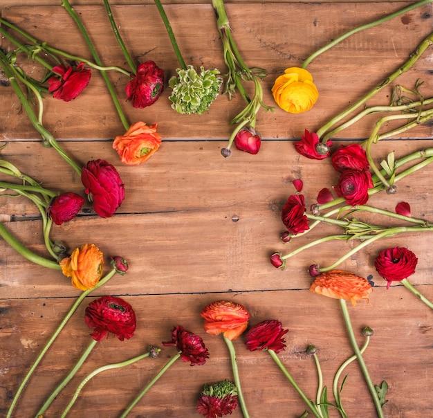 Ranunkulyus bukiet czerwonych kwiatów na drewnianym