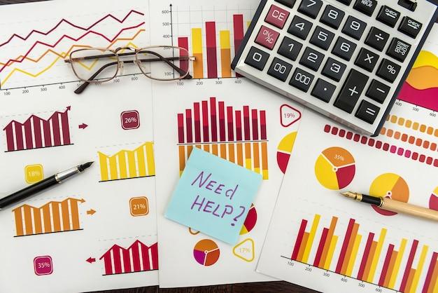 Raport biznesowy rachunkowości finansowej z pena i kalkulatorem. rynek danych finansowych. pieniądze inwestycyjne i gospodarcze