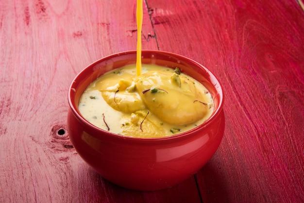 Ras malai lub rossomalai to deser z bengalu w indiach. to bogaty sernik bez skórki, z dodatkami z szafranu lub kesarem i pistacjami. podawane w misce na drewnianym lub kolorowym tle