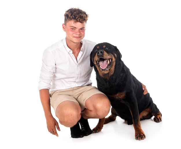 Rasowy rottweiler i nastolatek