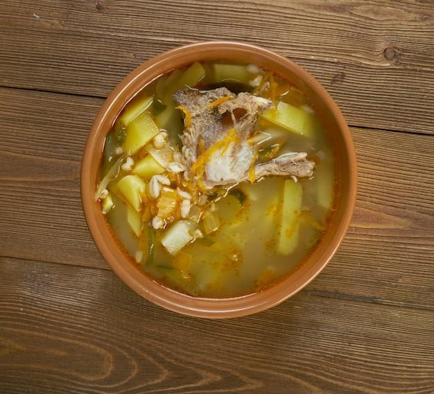 Rassolnik tradycyjna rosyjska zupa. ścieśniać