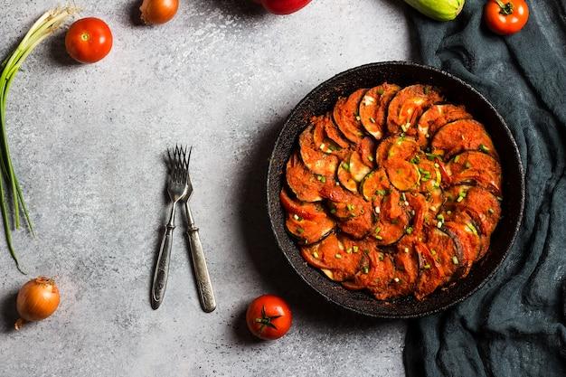 Ratatouille francuskie danie prowansalskie z warzyw cukinii papryki bakłażana i pomidorów