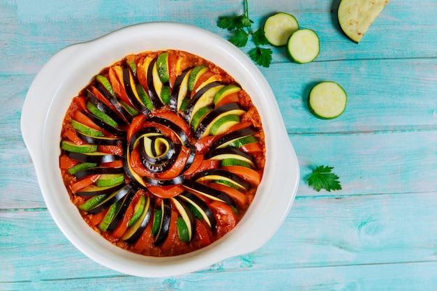Ratatuj francuskie danie. piękny wzór z krojonych warzyw w sosie.