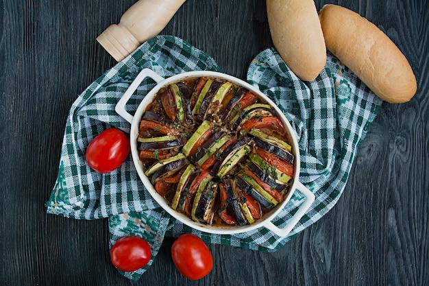 Ratatuj to tradycyjne francuskie danie warzywne gotowane w piekarniku. danie wegetariańskie dietetyczne. zbilansowane odżywianie.