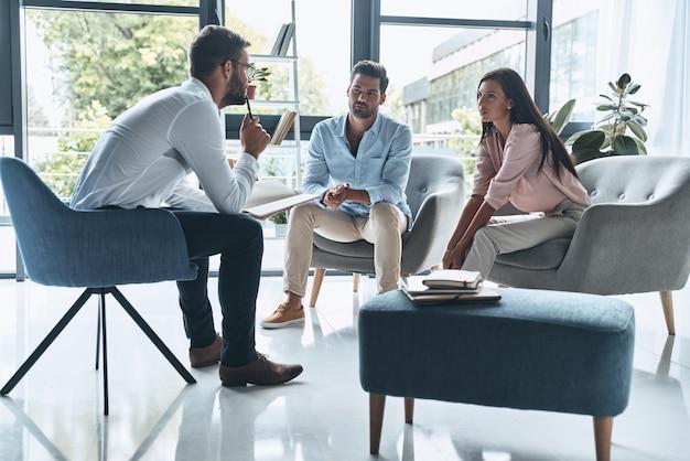 Ratowanie ich relacji. młoda para małżeńska rozmawiająca
