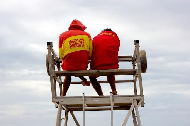 Ratownicy gotowi w wieży strażniczej