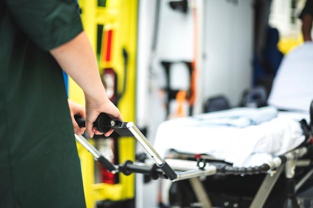 Ratownicy medyczni w pracy z karetką pogotowia
