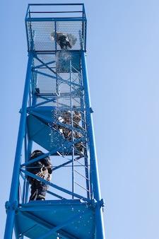 Ratownicy na wieży. ratunek ofierze