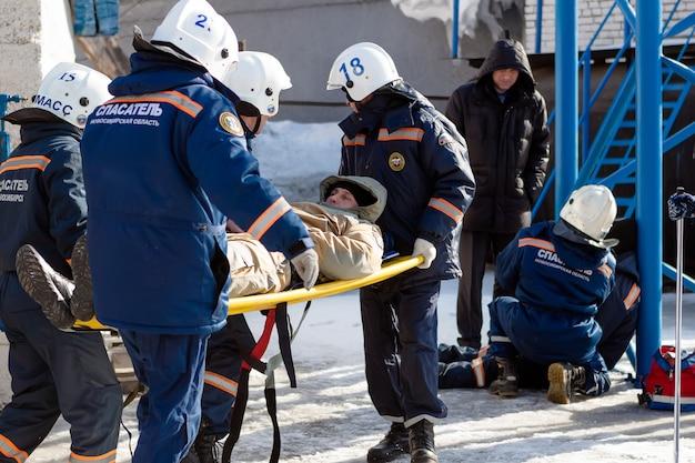 Ratownicy pomagają ofierze. ranny był na noszach. leczenie ran, immobilizer