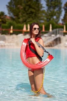 Ratownik przy basenie