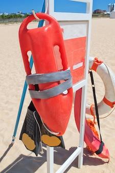 Ratownik sprzętu morskiego na plaży. portugalia.