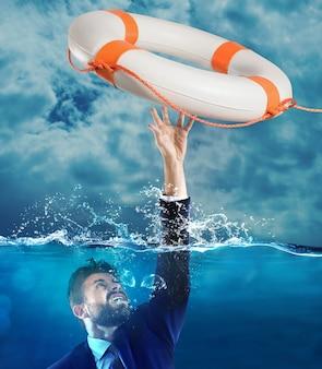 Ratownik wyrzucił tonącego mężczyznę do morza
