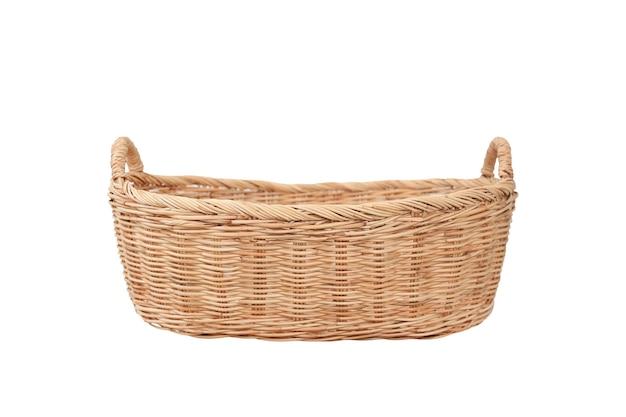 Rattanowy kosz wiklinowy na białym tle. koszyk piknikowy