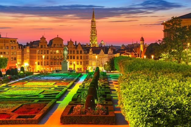 Ratusz w brukseli i obszar mont des arts o zachodzie słońca w brukseli, belgia