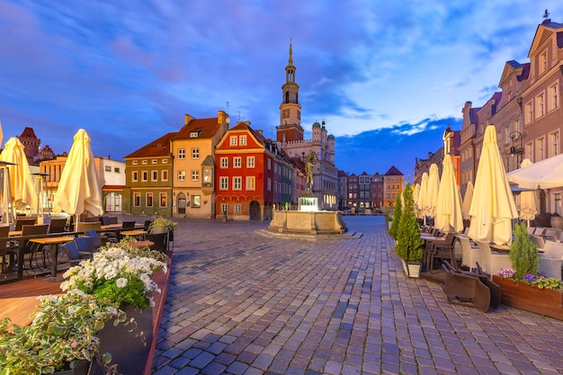 Ratusz w poznaniu na starym rynku na starym mieście w nocy, poznań, polska