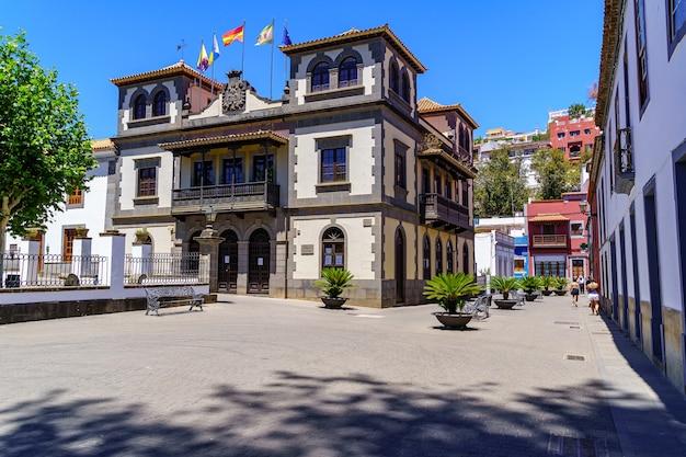 Ratusz w urokliwym miasteczku teror na wyspie gran canaria. hiszpania.
