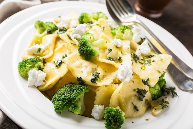 Ravioli z kozim serem, brokułami i ziołami