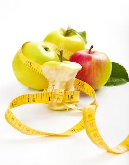 Rdzeń jabłkowy i taśma pomiarowa. pojęcie diety