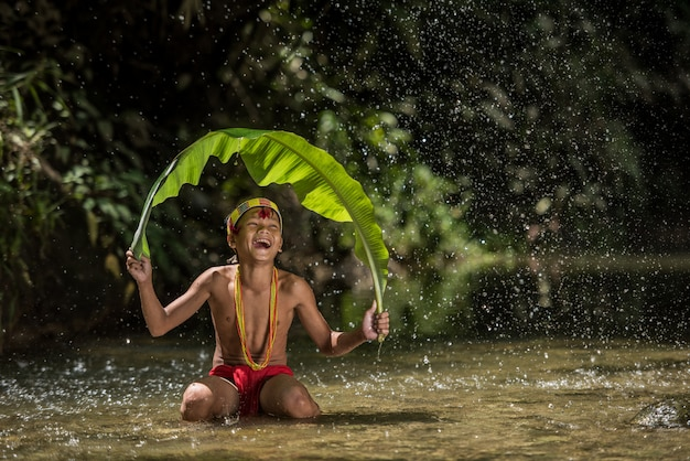 Rdzenni mieszkańcy etniczni wyspy w muara siberut przy zachodnim sumatra, siberut wyspa, indonezja.