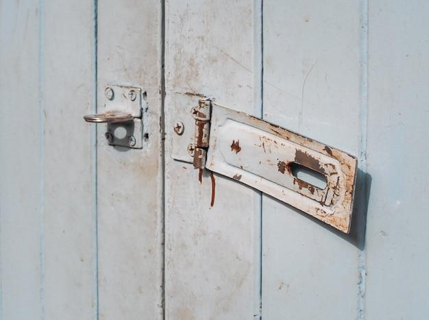 Rdzewiejący keyhole na starym drewnianym drzwi