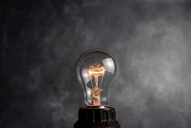 Realistyczne i kolorowe vintage świecące żarówki przezroczysty zestaw z dołączonymi lampami w ilustracji w stylu loft. płaski projekt graficzny pomysł znak rozwiązanie myślenie koncepcja.