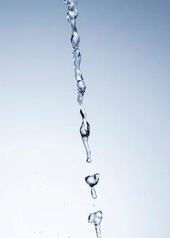 Realistyczne krople wody na jasnym tle