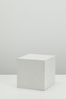 Realistyczne szczegółowe białe podstawowe kształty ustawione na białej powierzchni