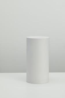 Realistyczne szczegółowe białe podstawowe kształty ustawione na białej ścianie