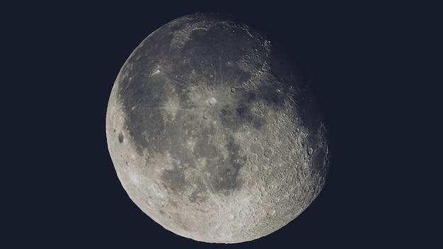 Realistyczny księżyc w kosmosie pojedynczo na czarno
