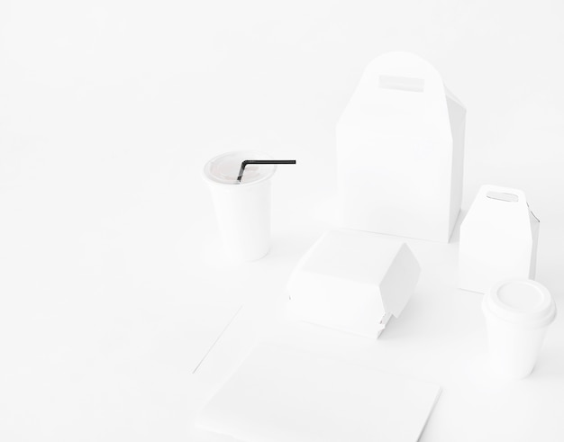 Realistyczny zestaw fast food opakowania z papieru na białym tle