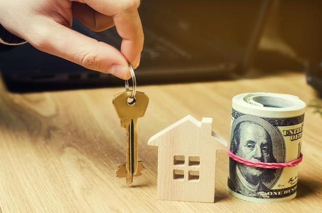 Realtor trzyma klucze od domu. agent nieruchomości. kupno i sprzedaż domu, mieszkania. dom.