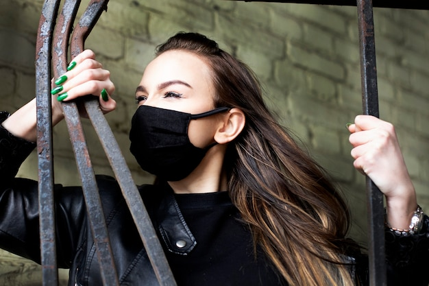 Rebel w czerni z pięknymi oczami i maską