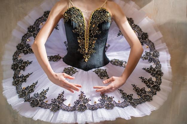 Ręce baletnicy w pierwszej pozycji baletowej spódniczki koncertowej