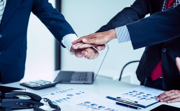 Ręce biznesmena wspierają pracę zespołową, społeczność kolegów biznesu.